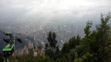 Blick auf Bogota vom Berg Montserrate. Links im Bild die Seilbahn, mit der wir auf den Berg gefahren sind. Man kann auch laufen, aber das geht zum Glück nur bis mittags, weil danach keine Polizei mehr auf dem Weg ist. Wir sind zum Sonnenuntergang hoch. Der war dann allerdings hinter den Wolken verborgen...
